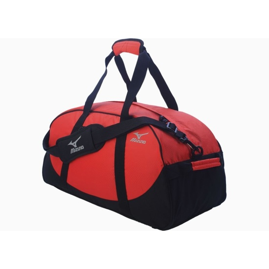 Красная спортивная сумка.